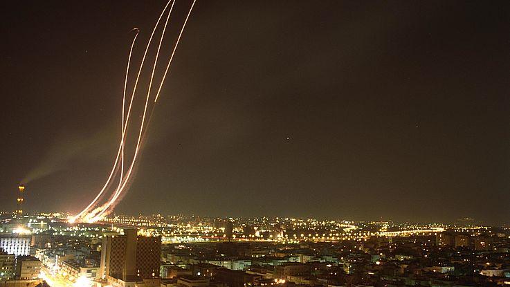 """Boden-Luft Raketen des """"Iron Dome"""" fliegen in den Nachthimmel über Tel Aviv, um die Scud-Raketen der Hamas abzufangen."""