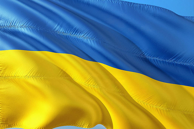 Die Flagge der Ukraine wie sie im Wind weht