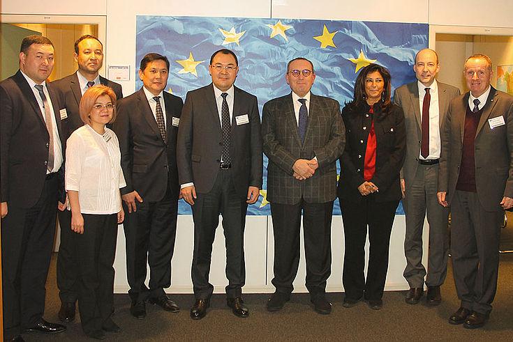 Die kirgisischen Gäste im Gespräch mit Generaldirektor Stefano Manservisi. dem höchsten Beamten für Entwicklungszusammenarbeit in der EU.