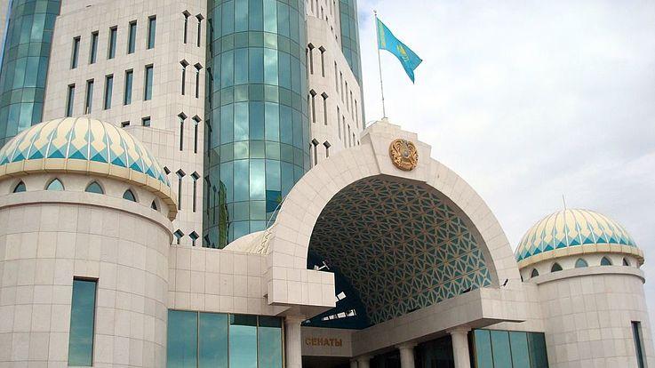 Der Eingang in das kasachische Parlamentsgebäude in der Hauptstadt Nur Sultan.