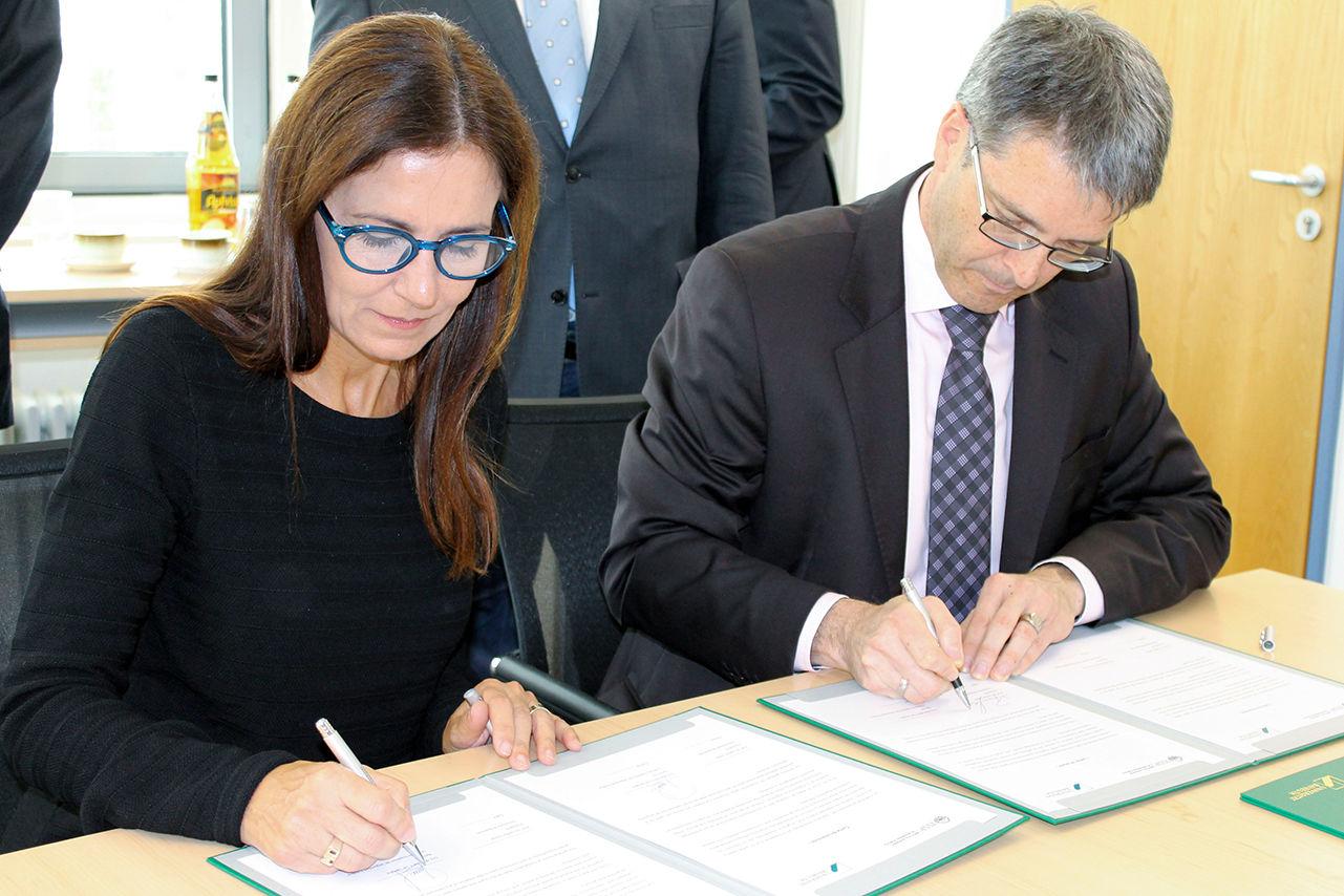 """Dr. Marcela De Langhe und Prof. Dr. Thomas Scheibel (Universität Bayreuth) unterzeichnen """"Letter of Intent"""""""