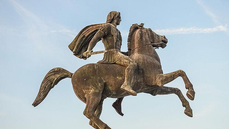 Bronzene Statue Alexander des Großens. Auf einem vorne aufsteigenden Pferd. Das Kurzschwert in der Hand.