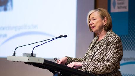 Ursula Männle eröffnet das Forum
