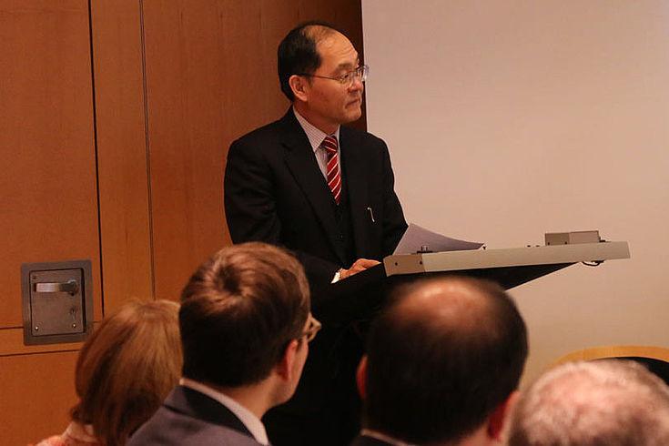 Hidenao Yanagi, japanischer Generkonsul, richtet das Wort an die Runde