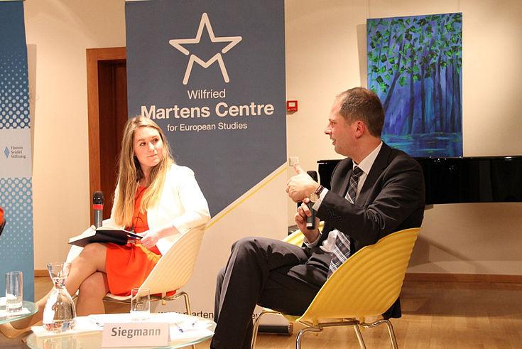 """Journalistin Naomi O'Leary und Arjen Siegmann, Direktor i.A. des CDA Research Institute. Siegmann: """"Manche populistisch geprägte Äußerung wird heute als 'normal' erachtet."""""""