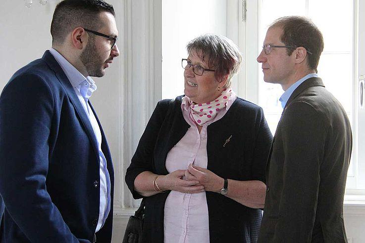 Die Teilnehmer der Podiumsdiskussion Evrim Çelik, Dr. Elfriede Schießleder und Aaron Buck im Gespräch