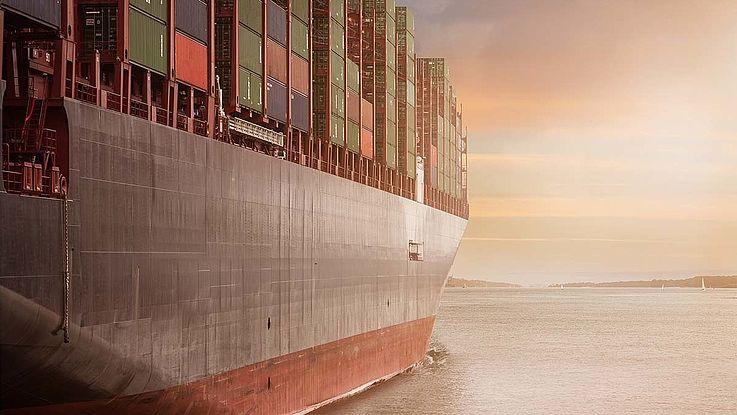 Ein Containerschiff nähert sich einer Küste