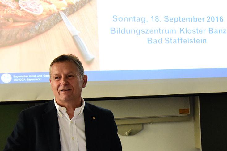 DEHOGA Geschäftsführer Ulrich Korb stellt die Probleme des Gastgewerbes dar.