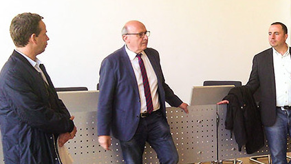 Im Landratsamt Kelheim berichtet Martin Neumeyer in einem Konferenzsaal den rumänischen Gästen über die Aufgaben eines Landrates