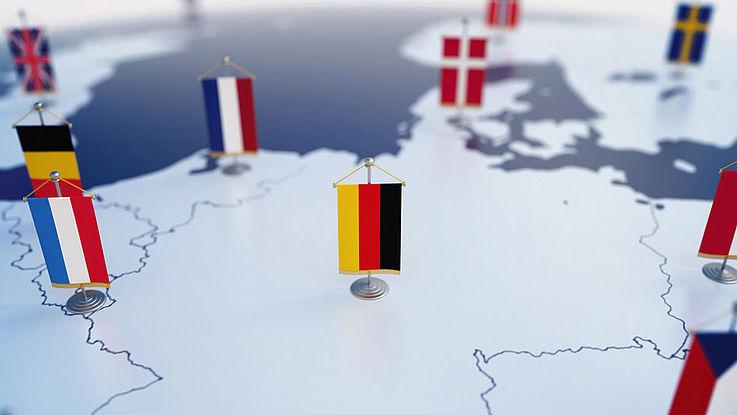 Eine Deutschlandkarte inmitten Europas mit den Flaggen der Länder