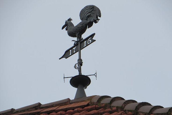 Der Wetterhahn am Dach zeigt, aus welcher Richtung der Wind weht.