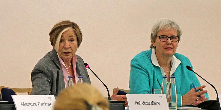 """Prof. Ursula Männle, Vorsitzende der Hanns-Seidel-Stiftung (links): """"Wie gehen Demokraten miteinander um?"""" """"Was ist unsere Basis?"""" """"Welchen Einfluss haben Medien?"""""""