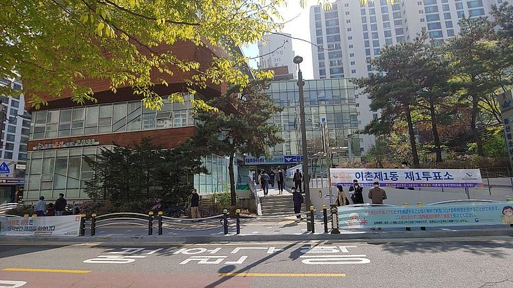 Ein Wahllokal im Stadtbezirk Yongsan-Gu, im Zentrum von Seoul. Wegen der Corona-Pandemie erreichte die Zahl der Briefwähler einen Höchststand.