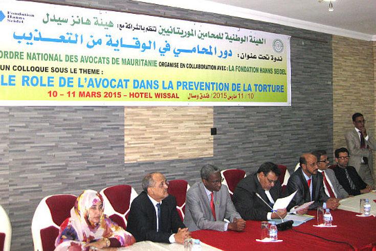 An einem Panel, das hufeisenförmig angeordnet ist, sitzen die Experten aus dem Maghreb und diskutieren