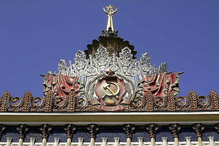 Bild eines sowjetischen Denkmals mit Hammer und Sichel, rotem Stern und allem entsprechenden Pomp.