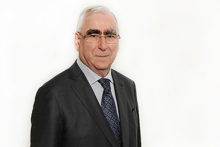 """Dr. Theo Waigel ist seit 1960 Mitglied der CSU. Der ehemalige Bundesfinanzminister ist seit 2009 Ehrenvorsitzender der CSU und als Anwalt in der Kanzlei """"Waigel Rechtsanwälte"""" in beratender Funktion tätig. In einer Rede im Europäischen Rat prägte er 1995 den Begriff """"Euro"""" und wurde so zum Namensgeber der gemeinsamen europäischen Währung."""