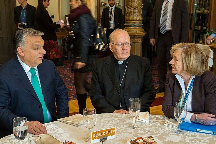 """Ministerpräsident Viktor Orbán, Kardinal Péter Erdő und Stiftungsvorsitzende Professor Ursula Männle während der Veranstaltung """"Glaube, Inklusion, Zukunft""""."""