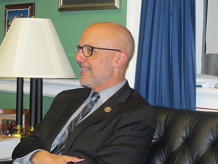 Kongressabgeordneter Ted Deutch im Gespräch mit der HSS-Delegation