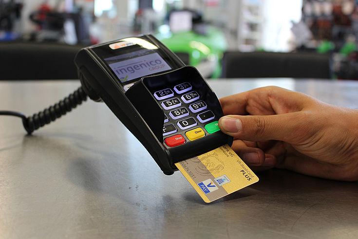 Höhere Gewinne für Banken, Kreditkartenanbieter und Zahlungsverkehrsdienstleister durch Abschaffung des Bargelds