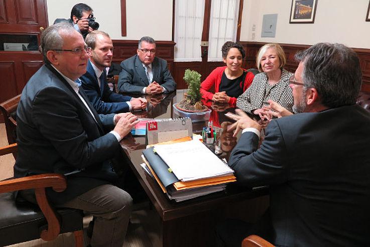 Gespräch mit Walter Masgo Manco (Congreso de la República, Jefe Oficina de Participación Ciudadana, mittig im Hintergrund) und Hugo Fernando Rovira Zagal (Congreso de la República, Oficial Mayor, vorne im Bild)