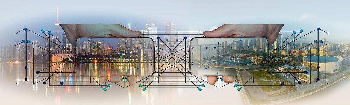 Zwei Handys, halb durchsichtig, vor dem verfremdeten Bild zweier Städte, die sich durch Technologie näher kommen.