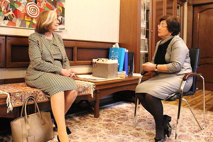 Mit Roza Otunbajewa, der ehemaligen kirgisischen Staatspräsidentin, besprach Professor Männle die aktuelle Entwicklung Kirgisistans