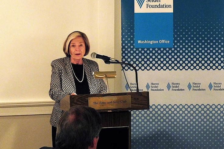 Ursula Männle an einem Rednerpult. Bedächtiger Ausdruck.