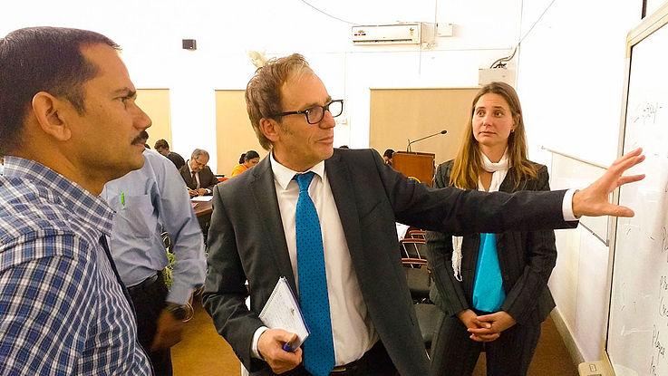 Die indischen Teilnehmer interessieren sich sehr für den Erfahrungsaustausch mit Heike Krämer und Bernhard Egger