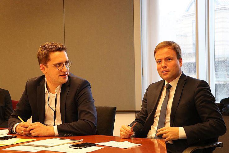 Natürlich durfte die politische Dimension bei einem Besuch von MINT-Stipendiaten in Brüssel nicht fehlen. An eine Besichtigung des Europäischen Parlaments schloss sich eine Diskussionsrunde mit den Abgeordneten Christian Doleschal (links) und Prof. Dr. Sven Simon an.
