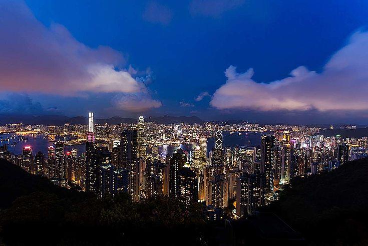 Hongkong, eine rießige, lebhafte Stadt, liegt direkt am Ufer des südchinesischen Meeres.