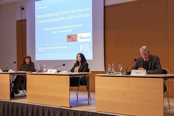 Monika Cissek-Evans (Jadwiga) und Adina Schwartz (Jadwiga) beantworten die Fragen des Moderators Burkhard Haneke (Renovabis)