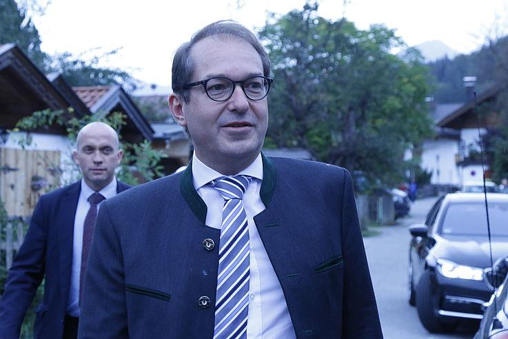 CSU-Landesgruppenchef Alexander Dobrindt von vorne im gehen, trifft zur Veranstaltung ein