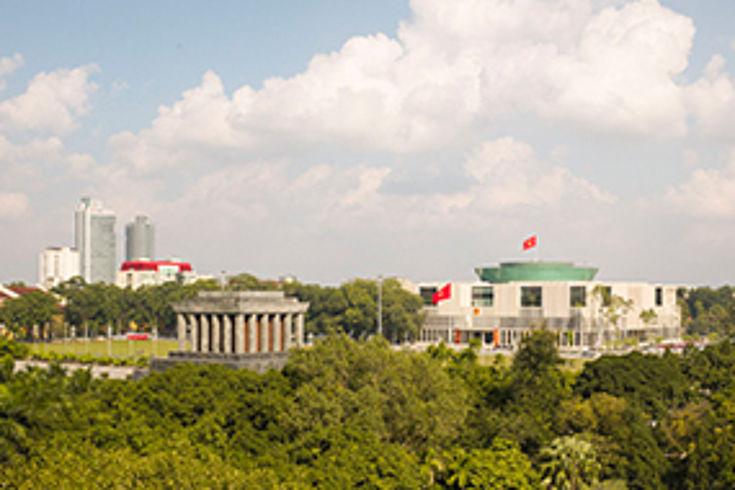 Vergangenheut und Gegenwart vis-a-vis: Ho-Chi-Minh Mausoleum und Parlament*