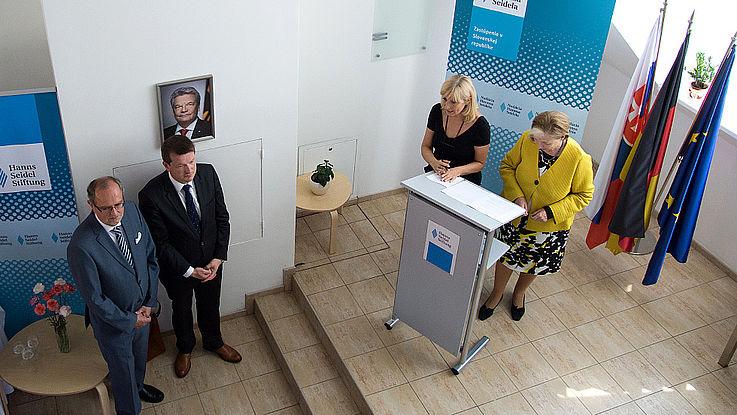Die Vorsitzende der HSS, Prof. Ursula Männle, steht an einem Rednerpult und eröffnet mit einer Ansprache das neue Projektbüros in Bratislava