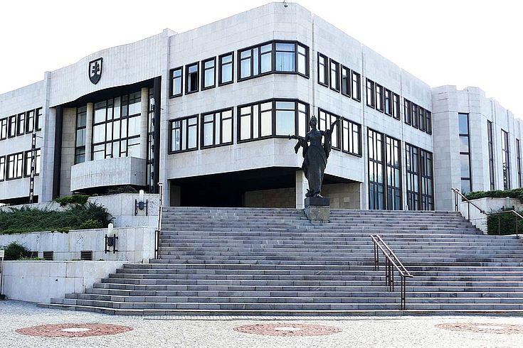 Außenansicht des Parlamentsgebäudes in Bratislava. Ein kühles Gebäude, wie ein Schwimmbad.