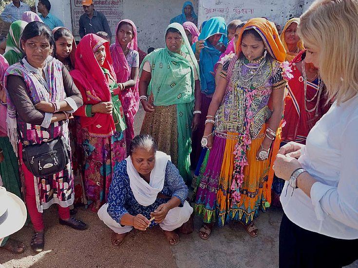 HSS-Partnerin Richa Audichya demonstriert Ministerin Scharf die Trockenheit im Dorf Umarni.