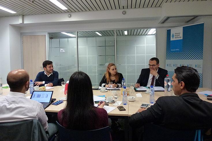 Im Gespräch mit der Organisation Junge Europäische Föderalisten werden die Herausforderungen für die Jugend in Europa und Tunesien diskutiert