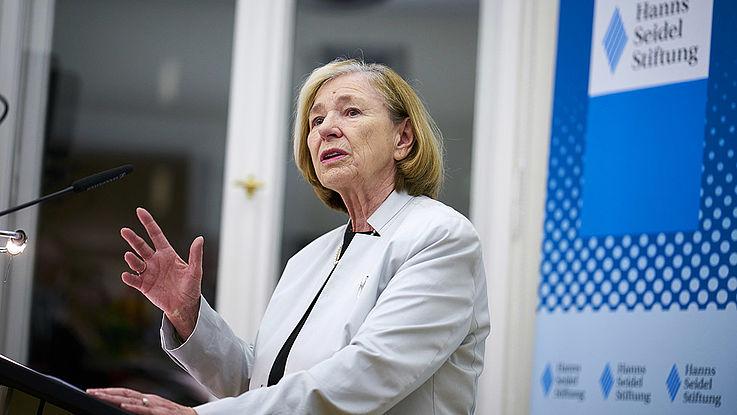 Ursula Männle, macht eine auffordernde Geste mit der Rechten.