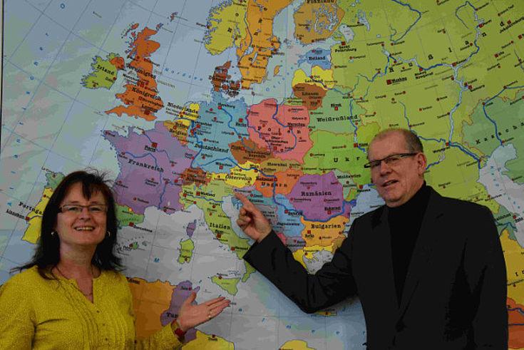 Seminarleiterin Petra Kreis und Referent Wilhelm Liebhart zeigen Migrationsbewegungen.