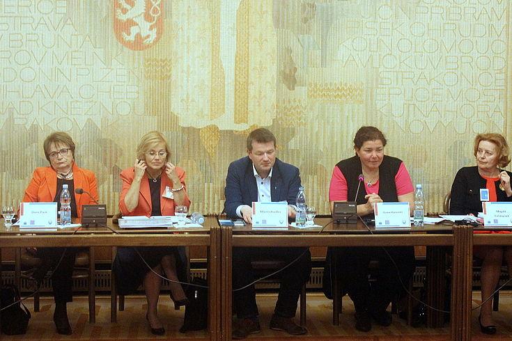 Ein Podium mit vier Damen und Herrn Kastler (HSS-Büro in Prag) in der Mitte