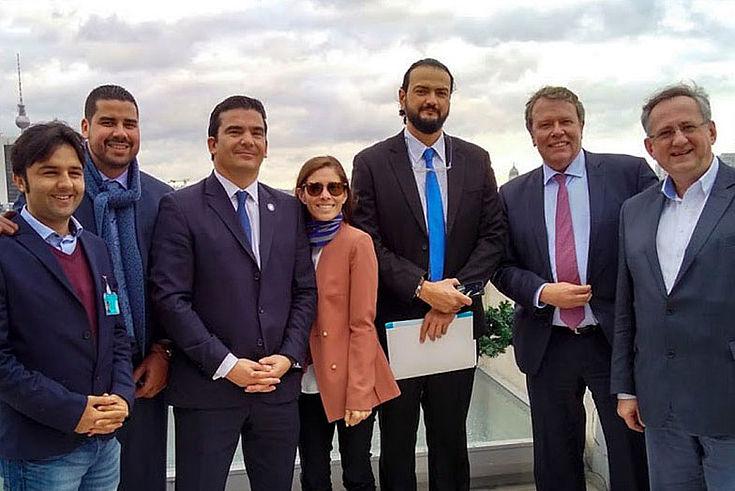 Auf dem Dach des Reichstagsgebäudes mit Ernst Hebeker (Pressesprecher des Deutschen Bundestags) und dem afghanischen Praktikanten