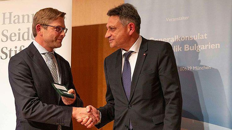 Generalsekretär Oliver Jörg nimmt für die HSS die Ehrenmedaille des bulgarischen Außenministeriums von Generalkonsul Dimitrov in Empfang