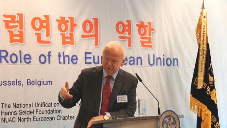 Botschafter Froysnes bei seinem Vortrag an einem Stehpult. Dahinter ein Plakat der Hanns-Seidel-Stiftung und ein Transparent der Konferenz mit koreanischer und englischer Beschriftung