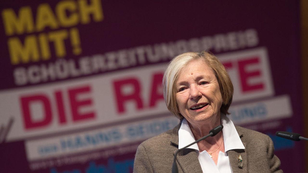 Ursula Männle bei ihrer Laudatio am Rednerpult vor Raute Logo