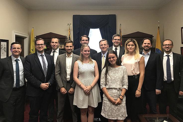 Im House of Representatives mit Congressman Paul Gosar (R-Arizona, Mitte, gelbe Krawatte)