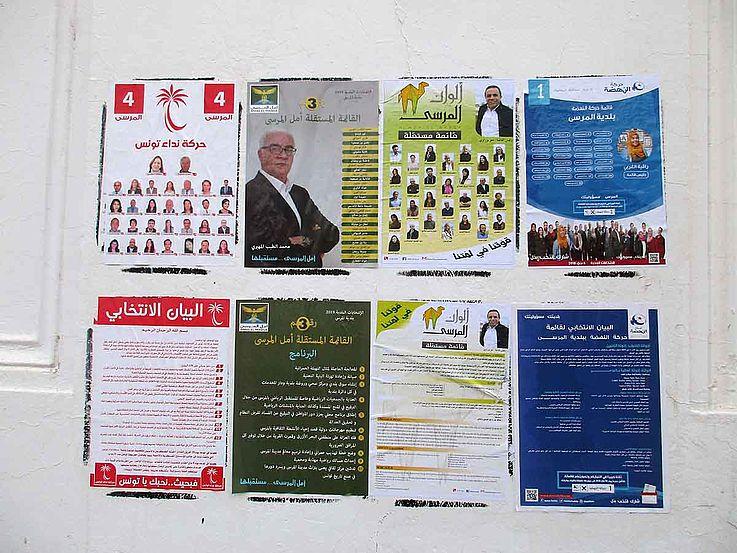Wahlplakate an einer Hauswand