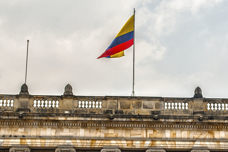 Teilansicht des Regierungssitzes in Kolumbien mit Flagge