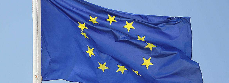 Eine Europaflagge flattert im Wind.