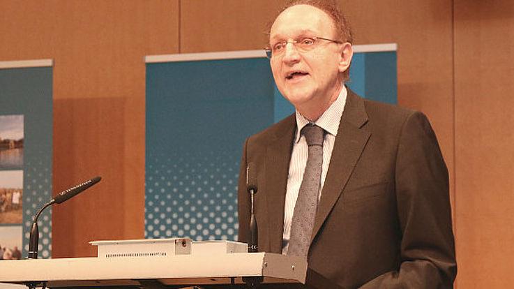 Dietmar Ehm erläutert die Bedeutung von Wasser in der Projektarbeit