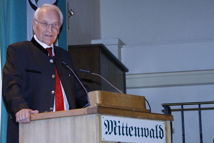 großer Mann am Rednerpult, hält seine Rede